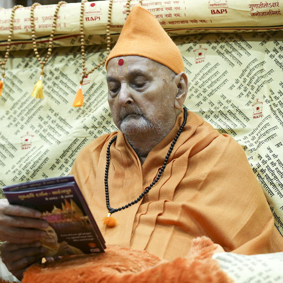 Swamishri inaugurates new video publication, 'Guruhari Darshan, Sarangpur, May 2013 - May 2014'