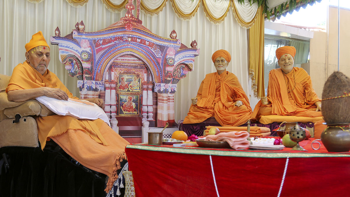 Swamishri arrives in the mandir ground
