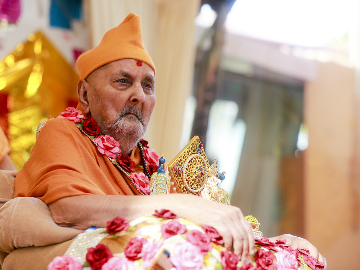 HH Pramukh Swami Maharaj arrives in the mandir grounds