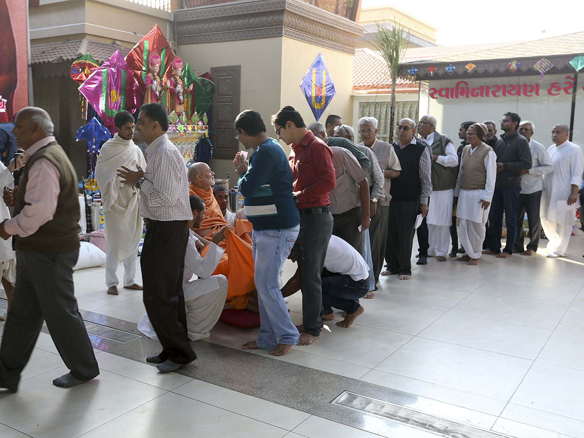 Devotees do jholi seva