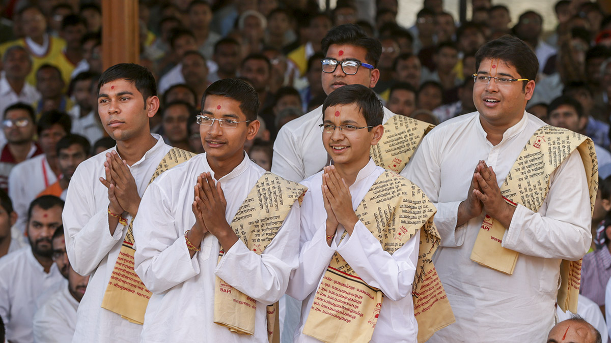 Youths studying Sankrit doing darshan of Swamishri