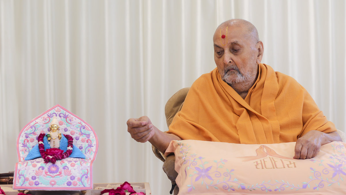 Swamishri sanctifies a shila for 'Pramukh Swami Maharaj Dwaram' outside Somnath Sanskrit University