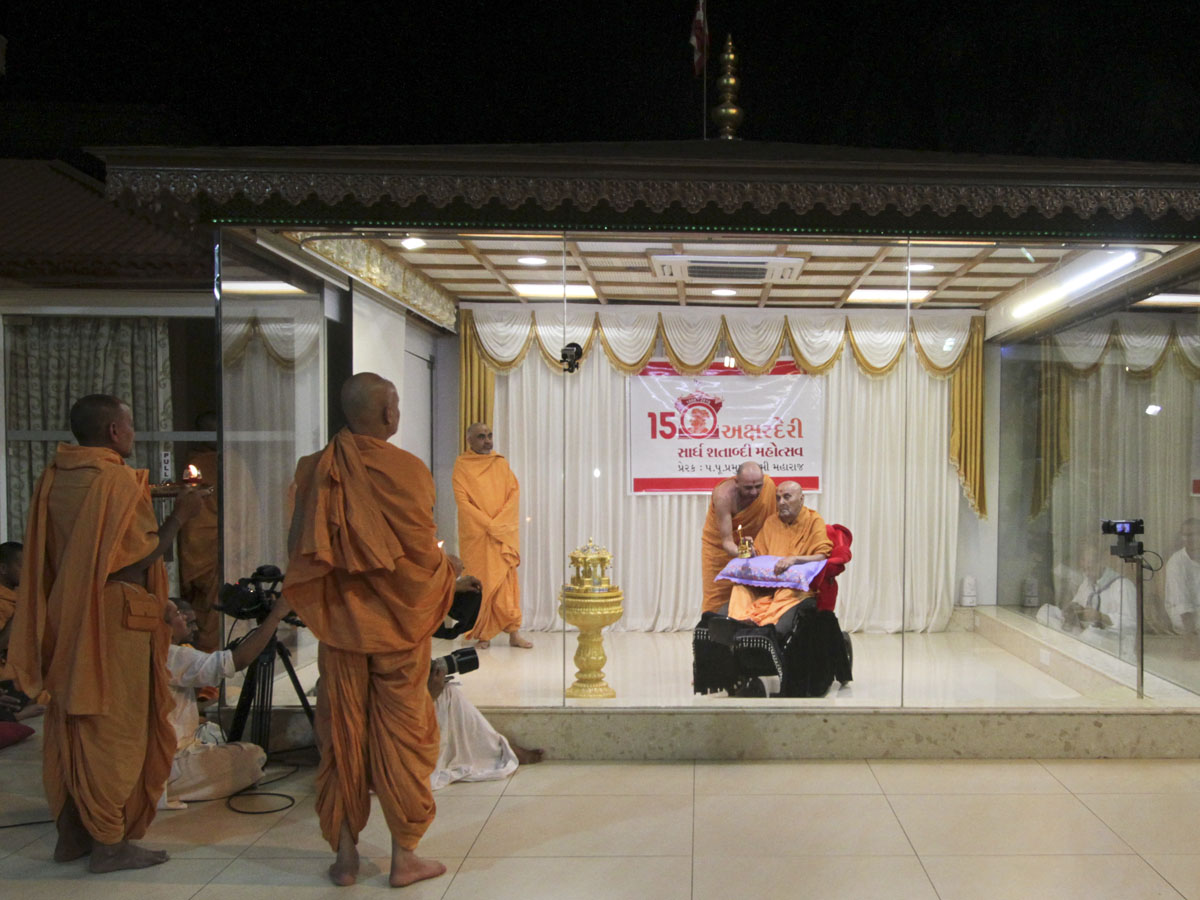 Swamishri and sadhus perform arti of Shri Harikrishna Maharaj in the evening