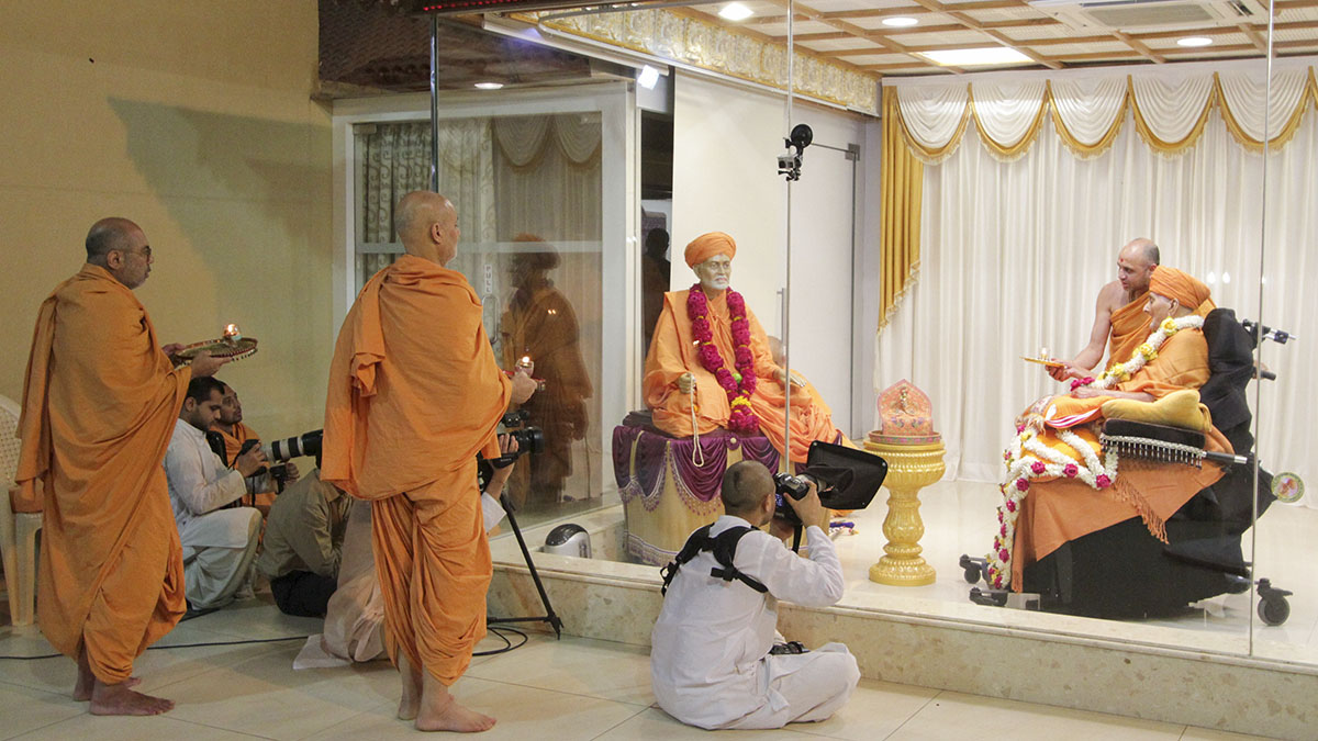 Swamishri and sadhus perform arti