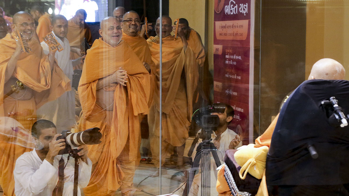 Pujya Viveksagar Swami and sadhus rejoice before Swamishri