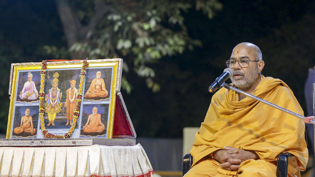Dharmacharan Swami remembers Yogiji Maharaj in the Yogi Nirvan Din assembly in the evening