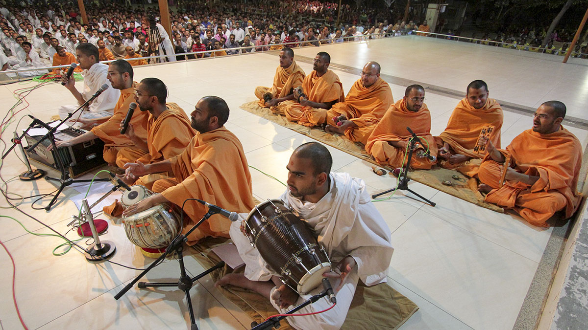 Sadhus perform kirtan bhakti before Swamishri