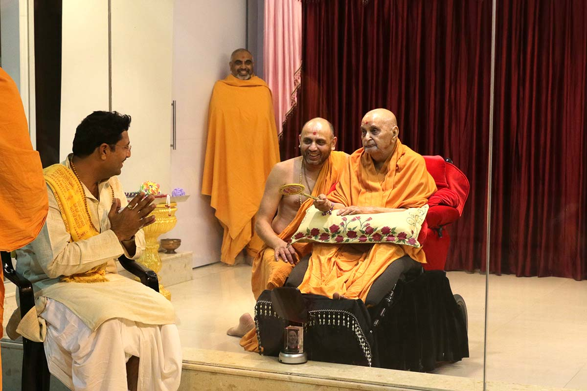 Shri SaileshChandraji of Udaa Samaj does darshan of Swamishri