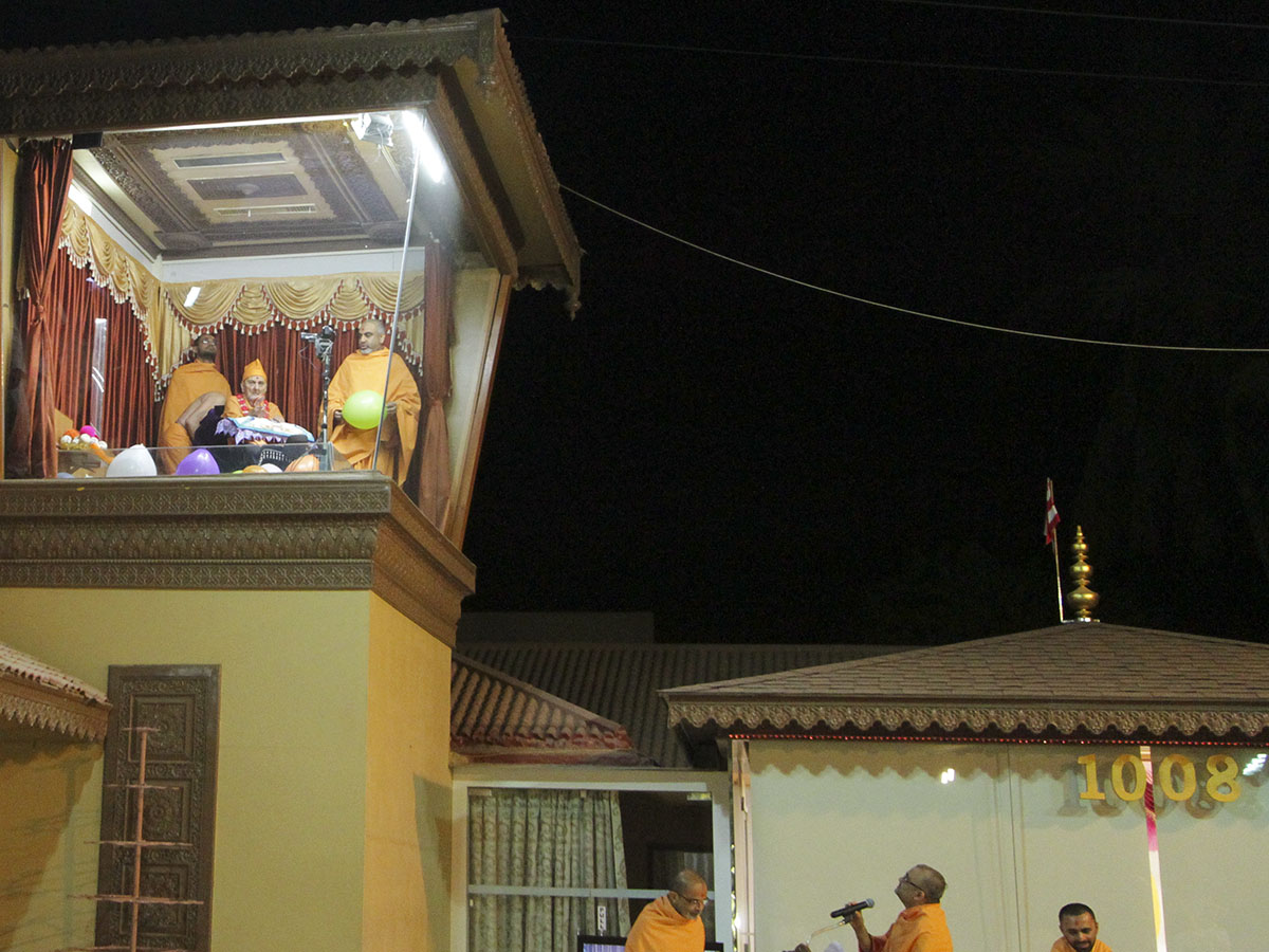 Swamishri arrives in balcony