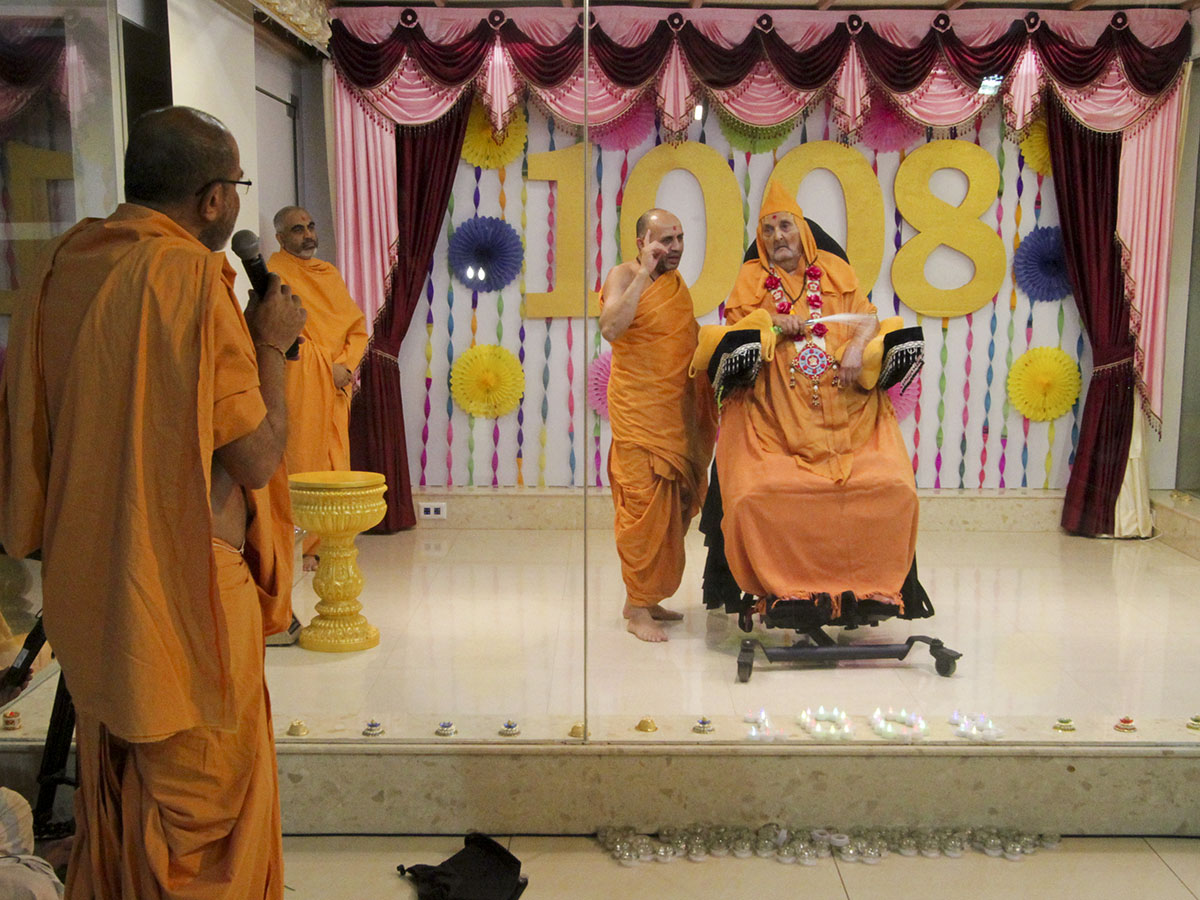 Gnaneshwar Swami prays before Swamishri