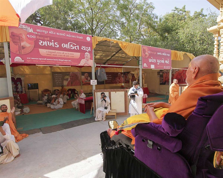 Swamishri observes 'Akhand Bhakti Yagna' being conducted as part of the Sarangpur Mandir Shatabdi Mahotsav celebrations