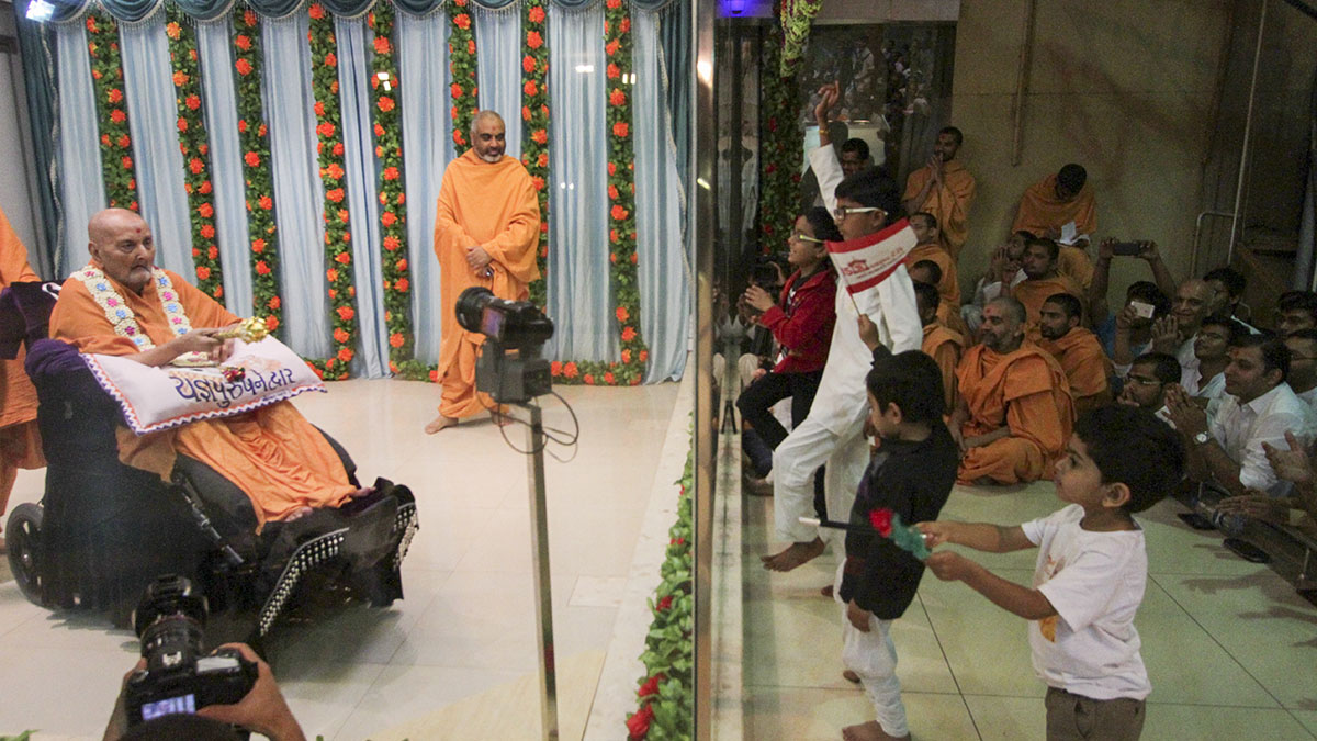 Children rejoice before Swamishri in the evening