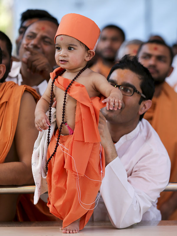 A child doing darshan of Swamishri