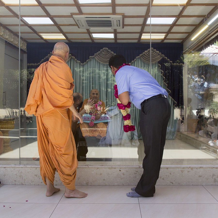 A devotee doing darshan of Swamishri