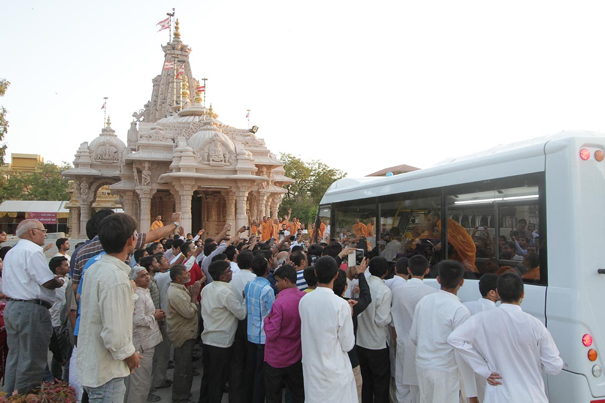 Swamishri doing darshan at Shri Yagnapurush Smruti Mandir
