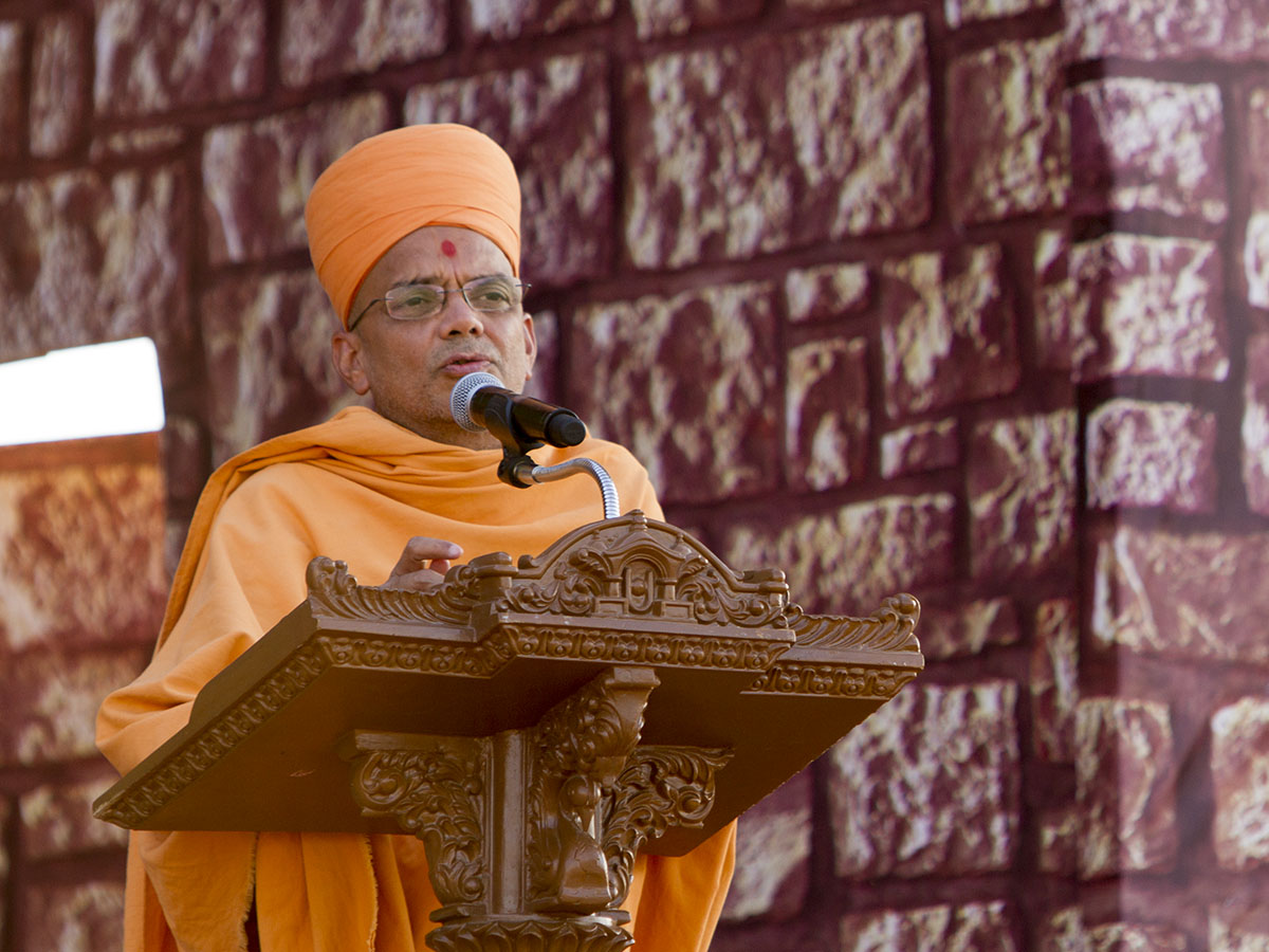 Narayanmuni Swami delivers a discourse