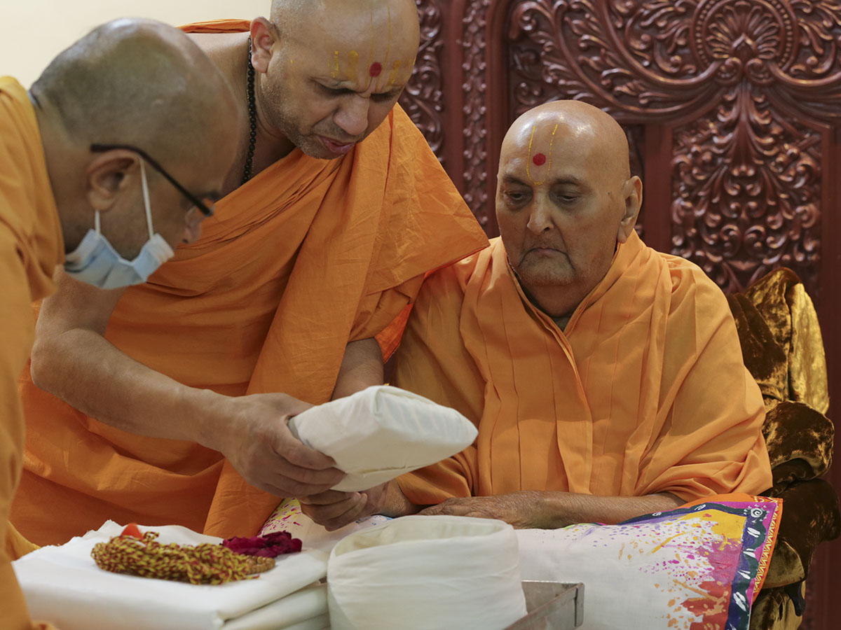 Swamishri sanctifies puja and robes for parshads