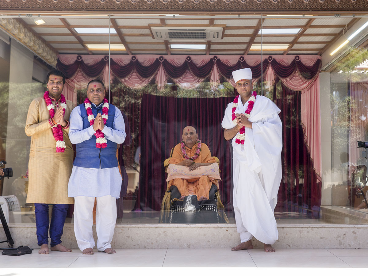 Swamishri with the newly initiated parshad and his father