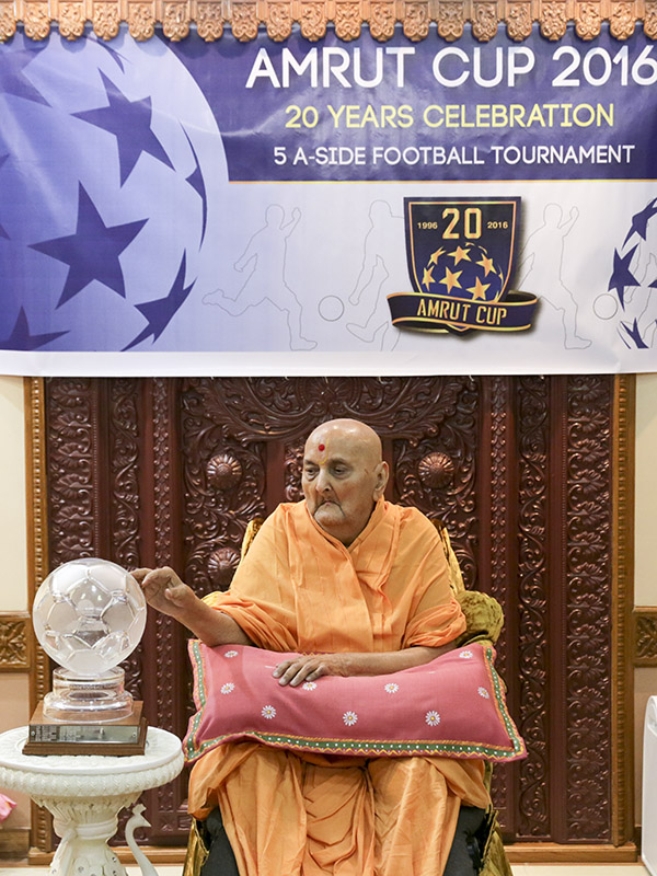 Swamishri sanctifies 'Amrut Cup 2016' trophy