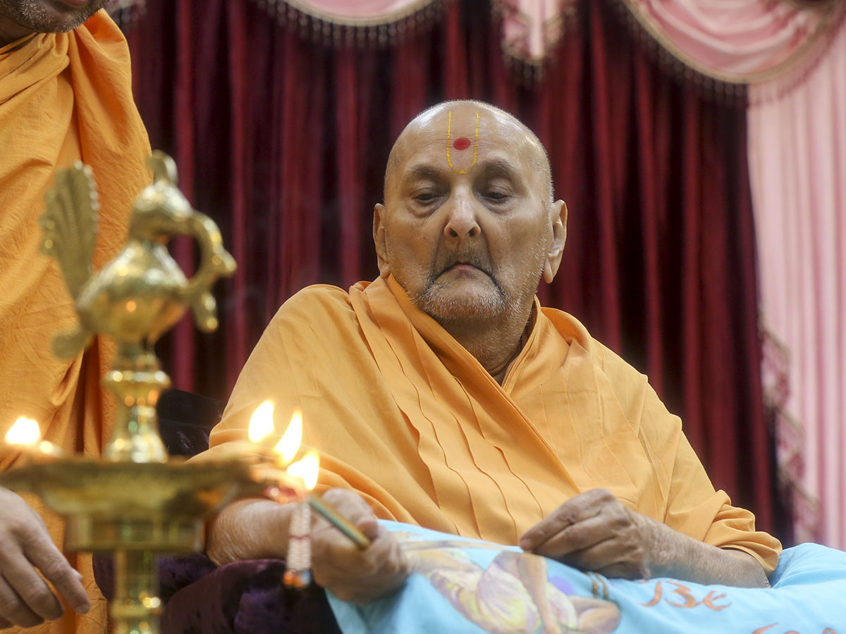Swamishri lights the inaugural lamp to start Sant Shibir