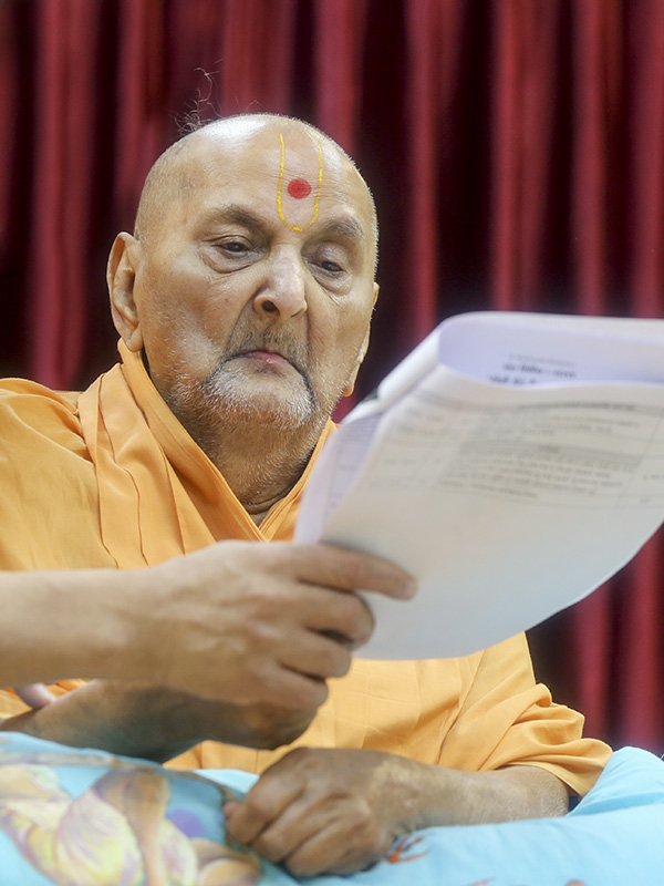 Swamishri sanctifies Sant Shibir schedule