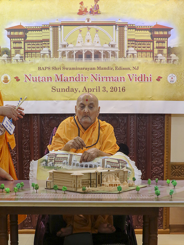 Swamishri sanctifies a model for BAPS Shri Swaminarayan Mandir, Edison, NJ, USA
