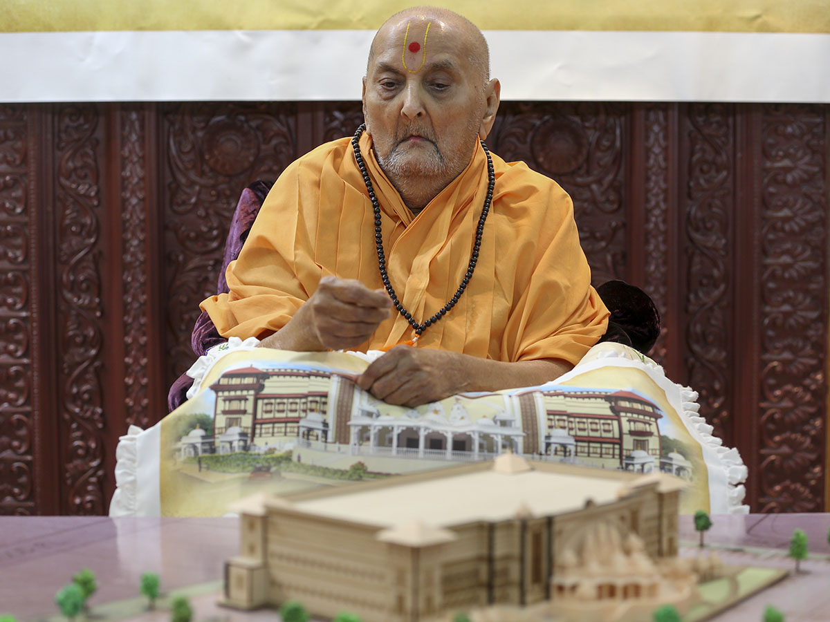 Swamishri sanctifies mandir model
