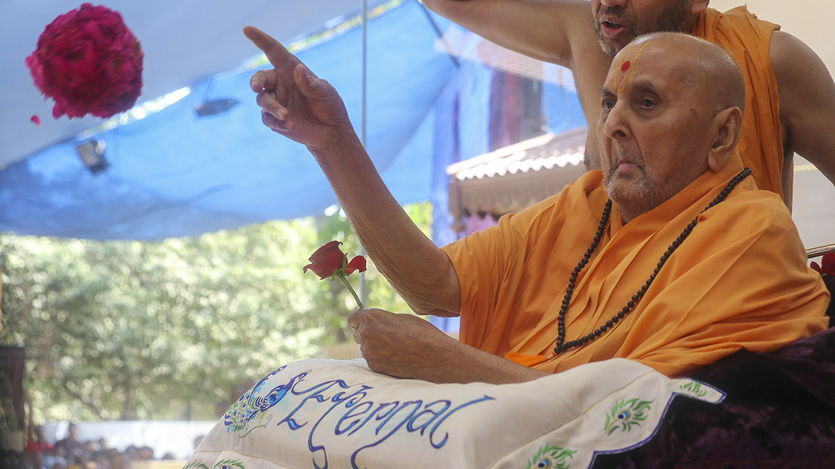 Swamishri sanctifies a ball