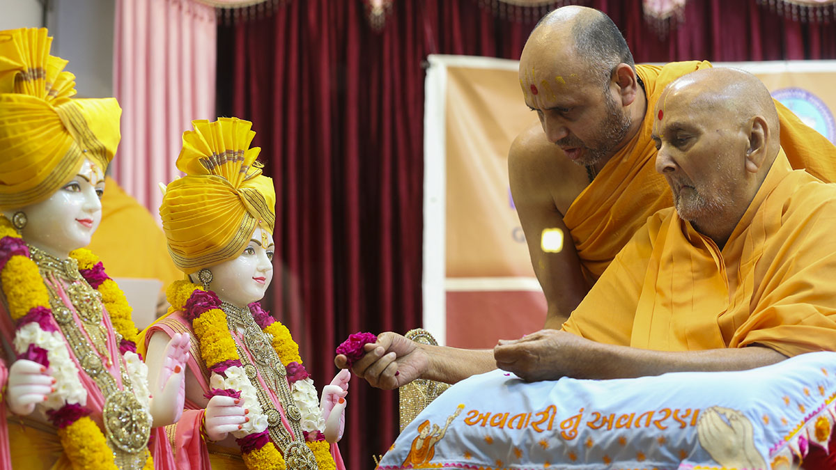 Swamishri offers mantra-pushpanjali