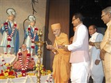 Pujya Mahant Swami and CM Shri Shivraj Singh Chouhan light the inaugural lamp