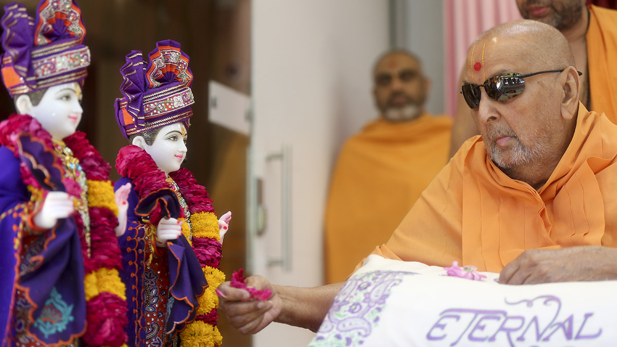 Swamishri offers mantra pushpanjali