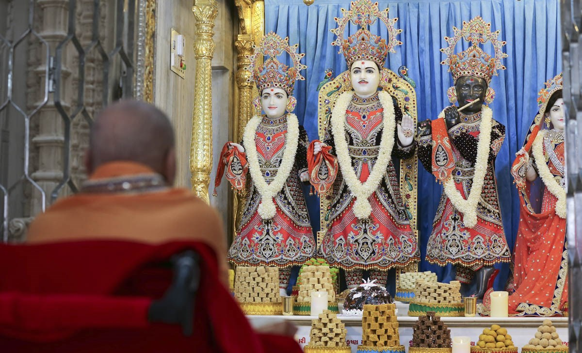 Swamishri engrossed in darshan of Thakorji on Shri Swaminarayan Jayanti - the birth anniversary of Bhagwan Swaminarayan