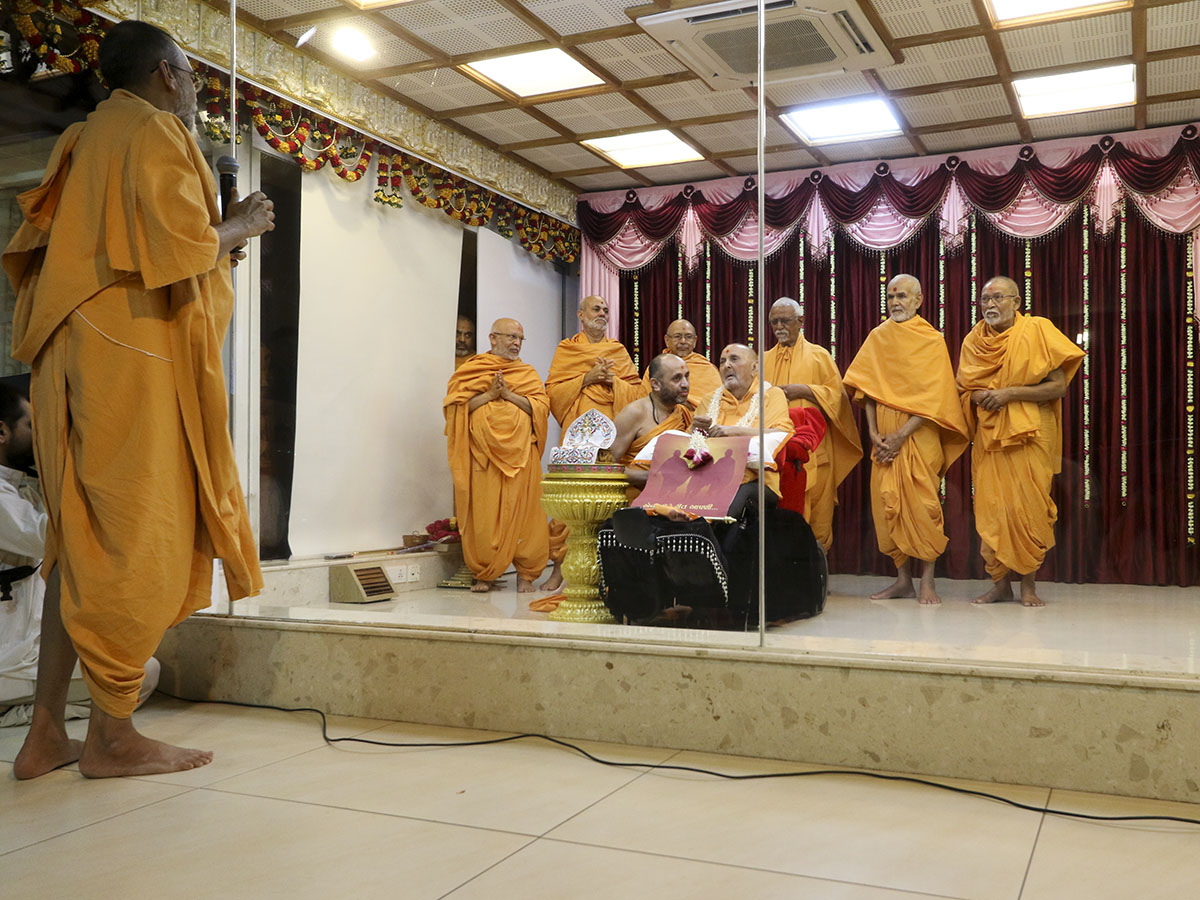 Narayanmuni Swami prays before Swamishri