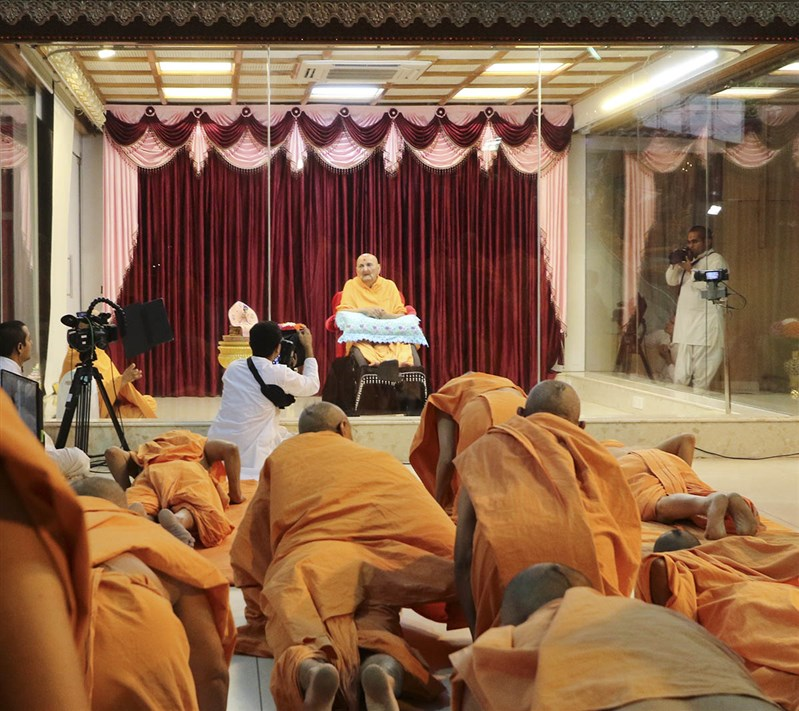 Sadhus perform prostrations to Thakorji