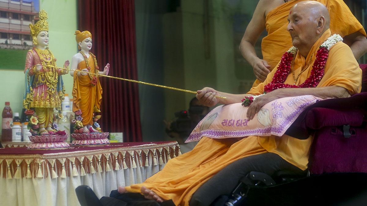 Swamishri performs murti-pratishtha rituals of murtis to be consecrated at new 'BAPS Swaminarayan Herbal Care' complex, Majra, District Sabarkantha, India