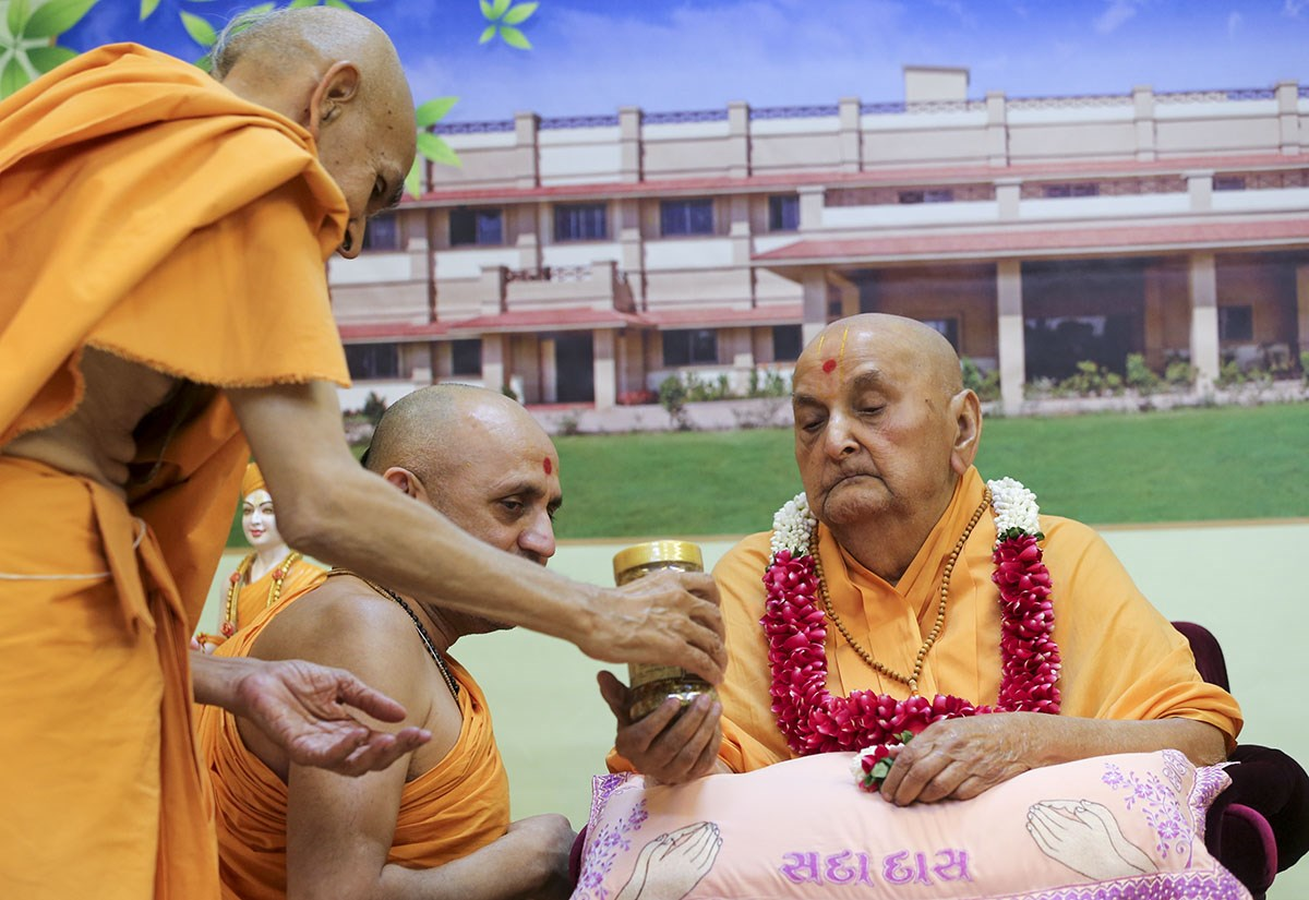 Swamishri sanctifies Herbal Care products