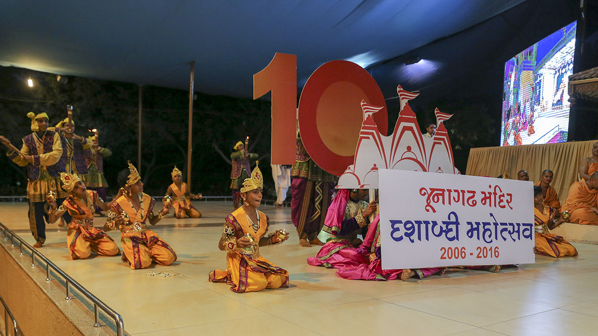 Youths from Jungadh perform cultural program to celebrate 'Junagadh Mandir Dashabdi Mahotsav'