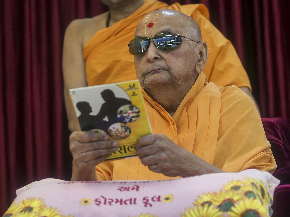 Swamishri inaugurates a Video publication, 'Vatsalya'