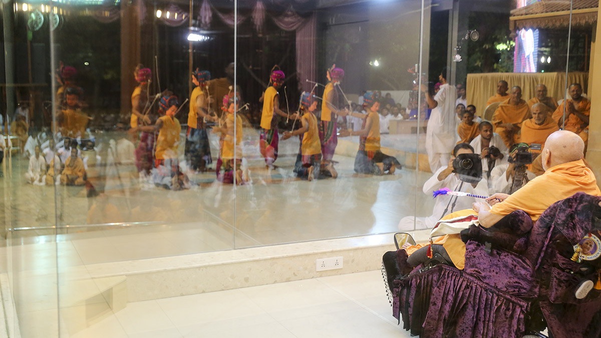 Youths from Vadodara perform a cultural program before Swamishri