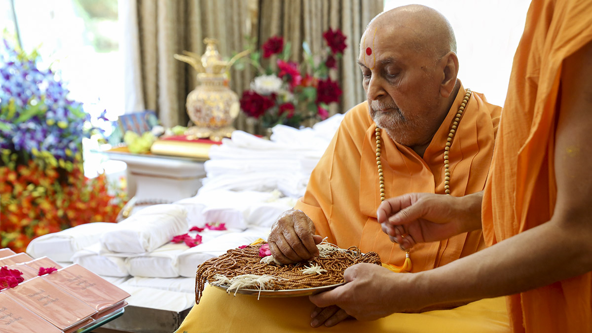 Thakorji and Swamishri sanctify malas, pujas and clothes for sadhaks to be initiated as parshads