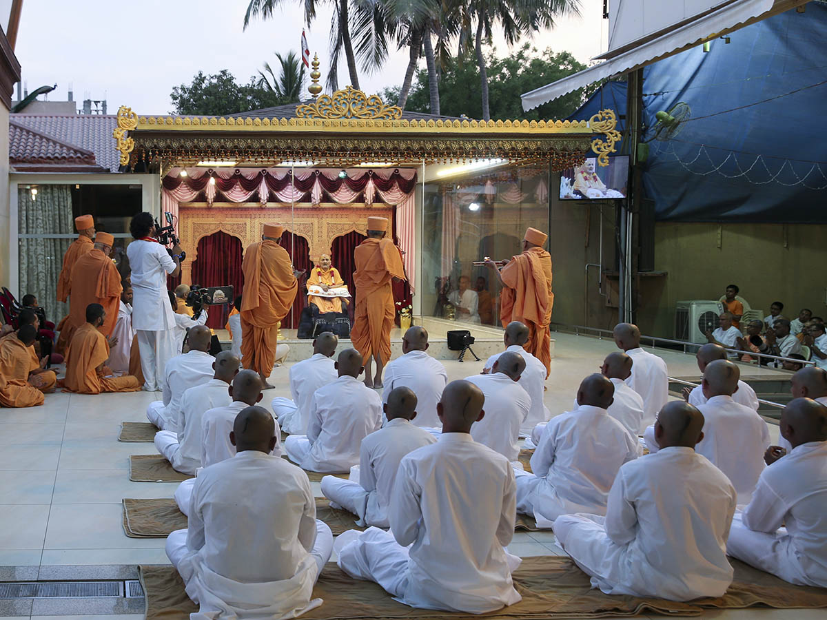 Senior sadhus perform arti of Thakorji in the evening