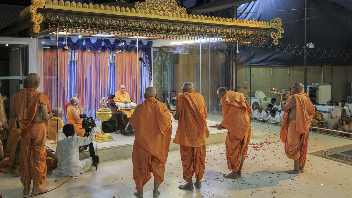 Senior sadhus perform arti of Thakorji