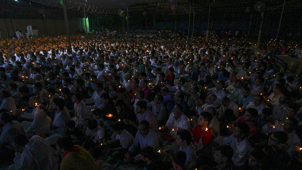 Devotees perform arti of Thakorji