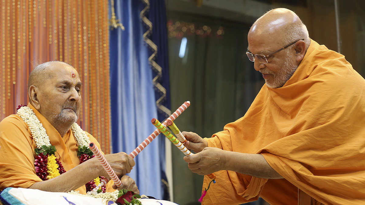 Swamishri plays ras with Pujya Ghanshyamcharan Swami
