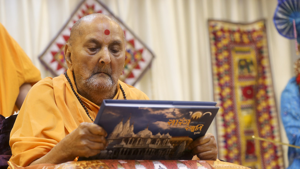 Swamishri inaugurates a photo book, 'Sarang Smruti'