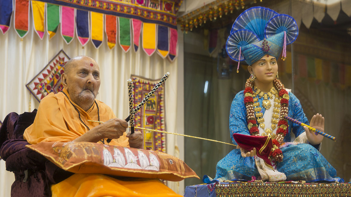 Swamishri plays a dandiya