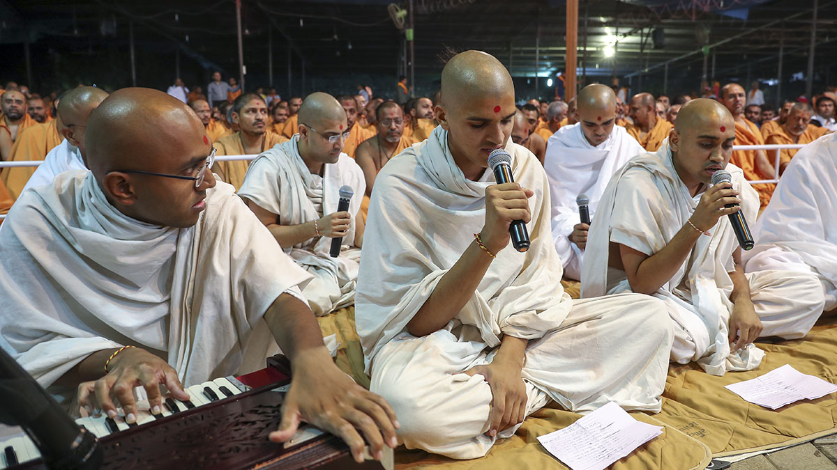 Parshads sing kirtans in the sadhu diksha assembly in the evening