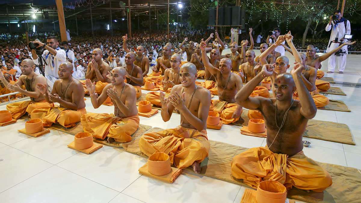 Parshads to be initiated as sadhus doing darshan of Swamishri