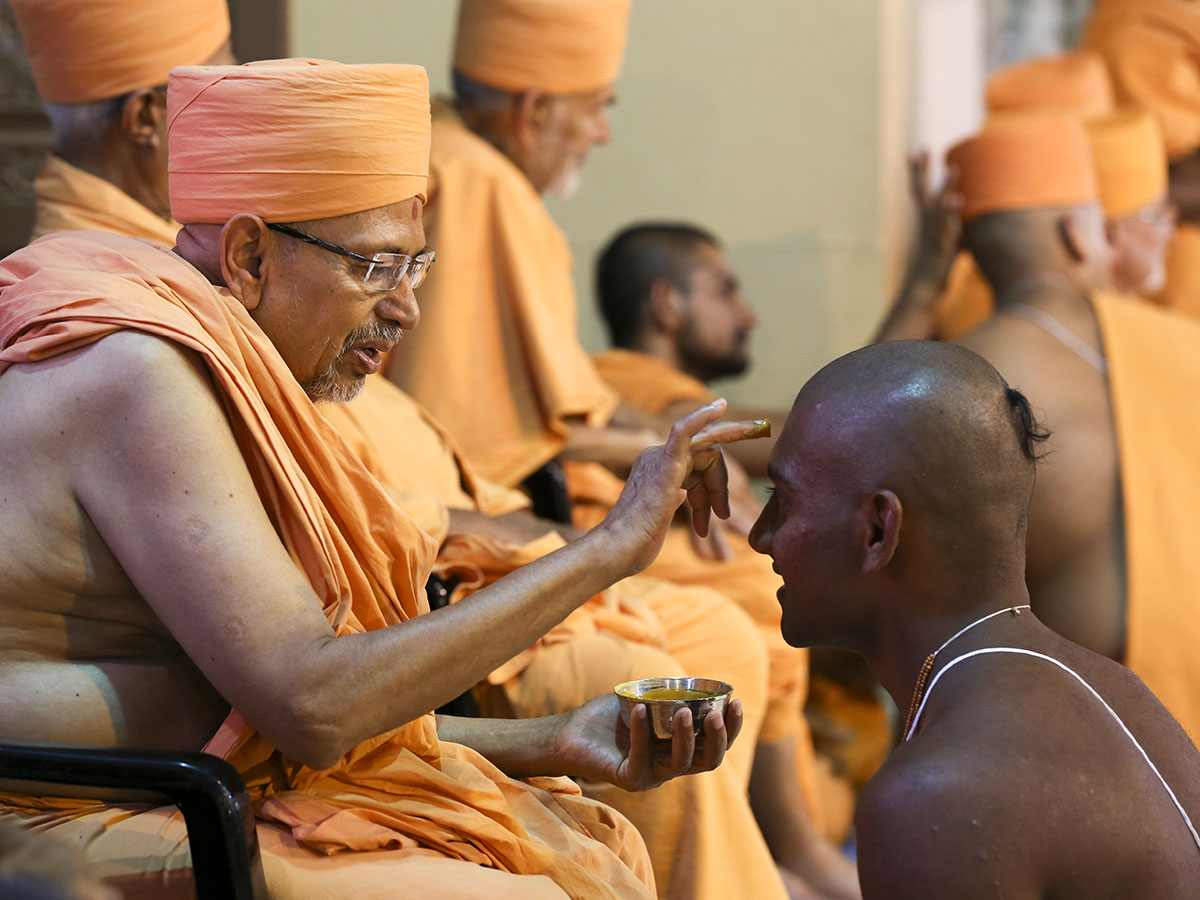Pujya Tyagvallabh Swami applies chandlo to newly initiated sadhus