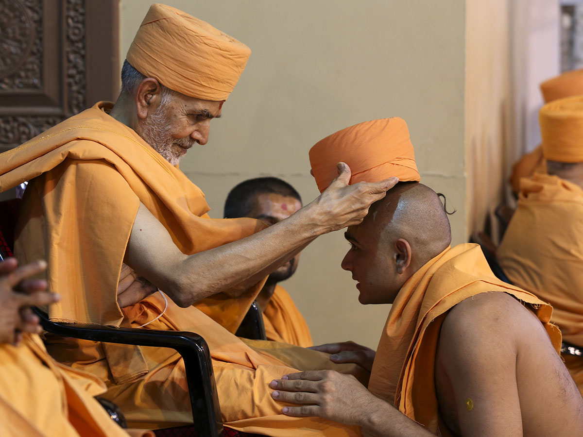 Pujya Mahant Swami puts on the 'paagh' for newly initiated sadhus